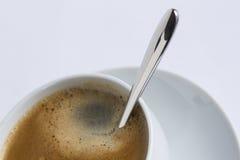 Kop van koffie in een witte kop op een witte plaat Royalty-vrije Stock Foto's