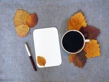 Kop van koffie en blad van document Stock Afbeelding