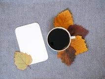 Kop van koffie en blad van document Stock Afbeeldingen