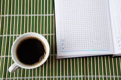Kop van koffie en blocnote Stock Foto
