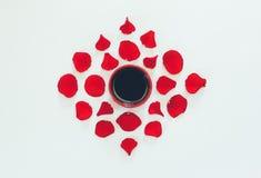 Kop van koffie en bloemblaadjes van rood rozenpatroon op witte achtergrond Royalty-vrije Stock Foto's