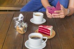 Kop van koffie en cake op de lijst Royalty-vrije Stock Foto