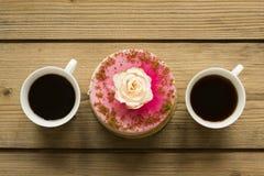 Kop van koffie en cake op houten lijst stock afbeeldingen