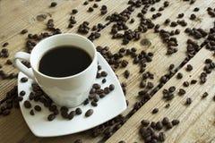 Kop van koffie en cake op houten lijst royalty-vrije stock afbeelding