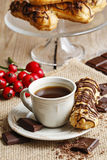 Kop van koffie en eclairs Stock Fotografie