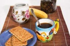 Kop van koffie en een snack Stock Foto