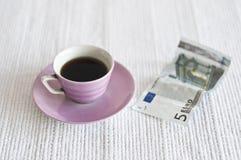 Kop van koffie en euro nota 5 stock afbeeldingen