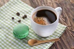 Kop van koffie en Franse macaron Stock Foto