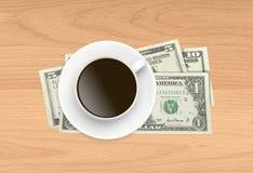 Kop van koffie en geld op houten Stock Afbeeldingen