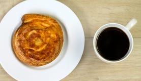 Kop van koffie en kaasbroodje bij ochtendontbijt Royalty-vrije Stock Afbeeldingen