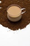Kop van koffie en koffiepoeder als achtergrond Royalty-vrije Stock Afbeeldingen