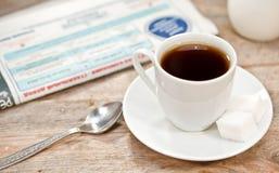 Kop van koffie en krant Royalty-vrije Stock Afbeeldingen