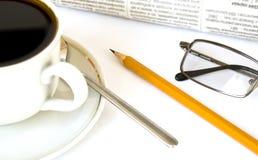 Kop van koffie en krant Stock Afbeeldingen