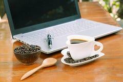 Kop van koffie en laptop op houten lijst Royalty-vrije Stock Fotografie