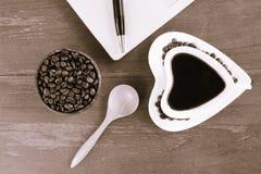 Kop van koffie en laptop op houten lijst Royalty-vrije Stock Afbeeldingen