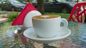 Kop van koffie en lepel op een glaslijst stock footage
