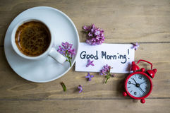 Kop van koffie en lilac bloem Stock Afbeeldingen