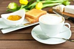 Kop van koffie en mangojam, Royalty-vrije Stock Afbeeldingen