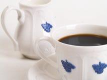 Kop van koffie en melkkruik Stock Foto's