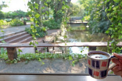 Kop van koffie en mooie aard Stock Afbeelding