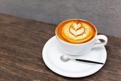 Kop van koffie en muurachtergrond stock foto's