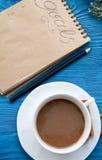 Kop van koffie en notitieboekje met doelstellingen voor nieuw jaar Stock Afbeeldingen