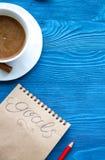 Kop van koffie en notitieboekje met doelstellingen voor nieuw jaar Royalty-vrije Stock Foto's