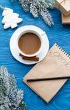 Kop van koffie en notitieboekje met doelstellingen voor nieuw jaar Stock Afbeelding