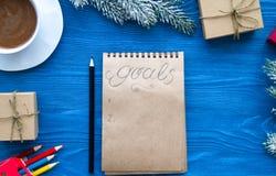 Kop van koffie en notitieboekje met doelstellingen voor nieuw jaar Royalty-vrije Stock Afbeeldingen