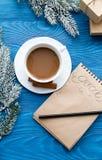 Kop van koffie en notitieboekje met doelstellingen voor nieuw jaar Royalty-vrije Stock Fotografie