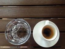 Kop van koffie en kop van water royalty-vrije stock afbeeldingen