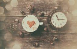 Kop van koffie en wekker Stock Foto