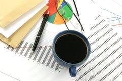 Kop van koffie, enveloppen, ballpoint en glasse Royalty-vrije Stock Foto's