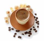 Kop van koffie, gemorste koffiebonen en rietsuiker Royalty-vrije Stock Afbeelding