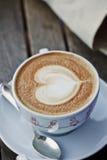 kop van koffie, het ontwerp van het cappuccinohart Stock Foto