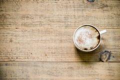 Kop van koffie latte of cappuccino op houten lijst Hoogste mening Royalty-vrije Stock Fotografie