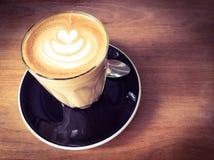 Kop van koffie latte of cappuccinokoffie Stock Foto's