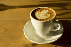 Kop van koffie latte in laag licht Stock Foto