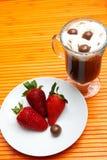 Kop van koffie met aardbeien royalty-vrije stock foto's