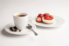 Kop van koffie met aardbeikaastaart Royalty-vrije Stock Foto's