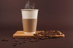Kop van koffie met bonen stock afbeeldingen