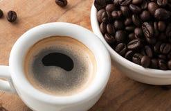 Kop van koffie met bonen royalty-vrije stock fotografie