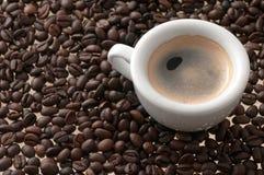 Kop van koffie met bonen stock foto's