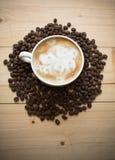 Kop van koffie met bonen Royalty-vrije Stock Foto's