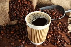 Kop van koffie met bonen en lepel Stock Foto