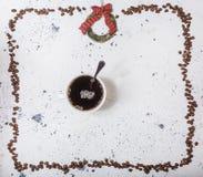 Kop van koffie met bonen op een witte marmerachtergrond royalty-vrije stock foto