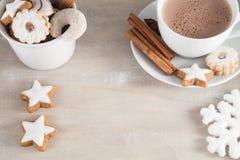Kop van koffie met cakes Royalty-vrije Stock Afbeeldingen