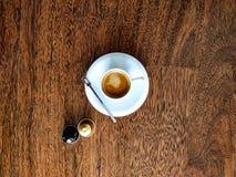 Kop van koffie met capsule twee verschillende koffie stock fotografie