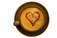 Kop van koffie met chocoladehart dat op witte achtergrond wordt geïsoleerdr Stock Foto