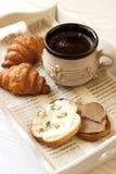 Kop van koffie met croissants en toosts stock afbeeldingen